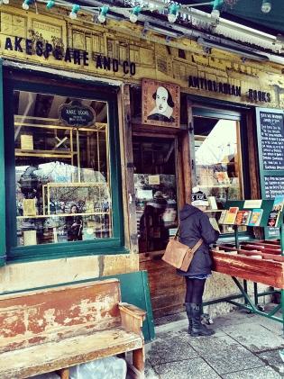 Quem fazia compras aqui? Apenas todos os personagens de Meia Noite em Paris, além de toda a galera Beat.