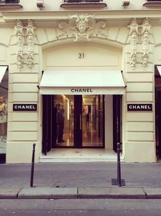 A primeira e icônica Chanel da chanel Rue Cambon. Não podemos comprar nem a sacolinha de papel.